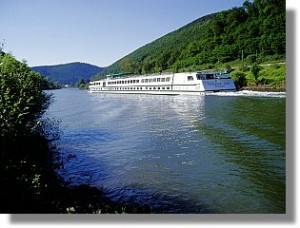 Kreuzfahrtschiff auf dem Neckar